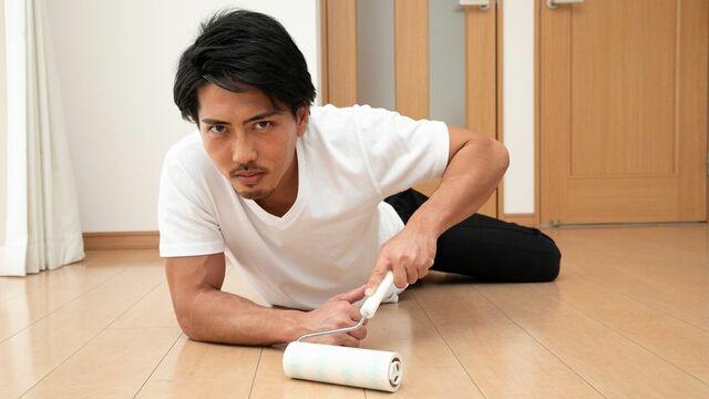 掃除は手足の曲げ伸ばしがしやすく、さらに汚れてもよい服装で行う。匍匐前進できるくらいの格好が理想!(撮影:田中達晃+石川咲希/Pash)
