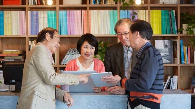 60歳定年、再雇用65歳は当たり前。今や70歳超でサラリーマンをしている人も多い。併せて年金の受給開始年齢や加入期間は、どう変わっているのか?(写真:Fast&Slow/PIXTA)