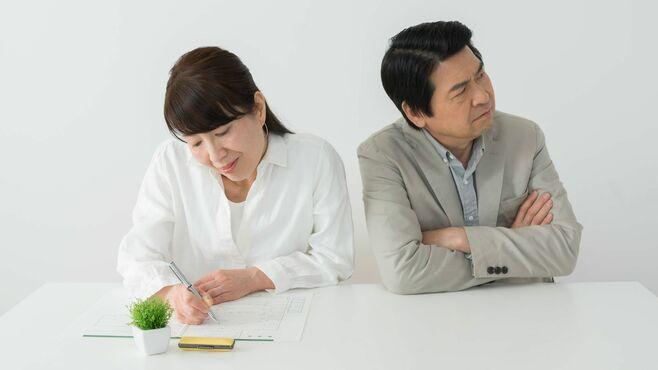 熟年離婚したら夫は妻に年金をどう分けるのか