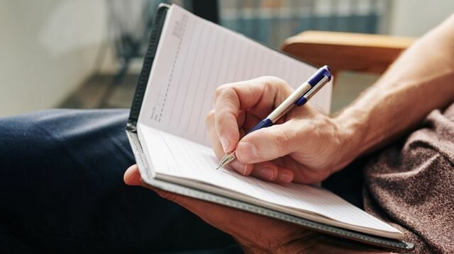 考えをまとめる際、ノートを使って「自分会議」を行うのがよいそう。その理由とは(写真:DragonImages/iStock)