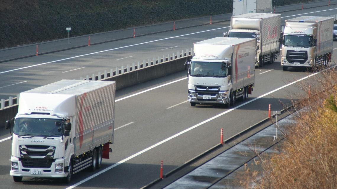 無人化」を目指すトラック隊列走...