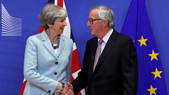英国のEU離脱協議、国内強硬派の説得がカギ