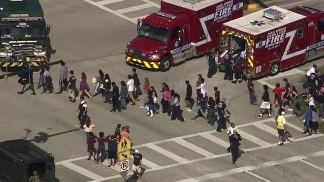 フロリダ州の高校で元生徒銃乱射、17人死亡