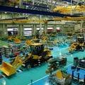 大逆風下のコマツ、なぜ今「工場投資」なのか