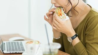 「デスクでお昼を食べる人」の仕事が遅いワケ