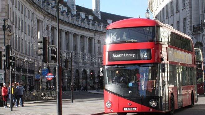 「ロンドンのバス」は、どうして真っ赤なのか