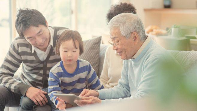 熟年パパが直面する「子育て中の介護」問題