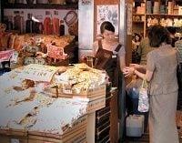 店頭でコーヒーを無料配布、消費不振でも急成長する輸入食材店