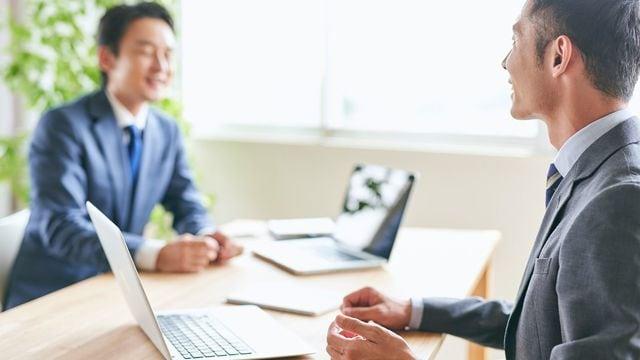 会議や打ち合わせの際、ノートパソコンはどのように置いていますか?ちょっとしたことで相手との距離がぐっと縮まるテクニックを紹介(写真:Kazpon/PIXTA)