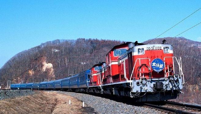 「北斗星」の機関車は、当初オレンジ色だった