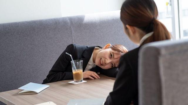 喫茶店で時間を潰していたのにウソの報告をしたら、服務規律違反で懲戒の対象になる場合もあります (写真:さわだゆたか / PIXTA)