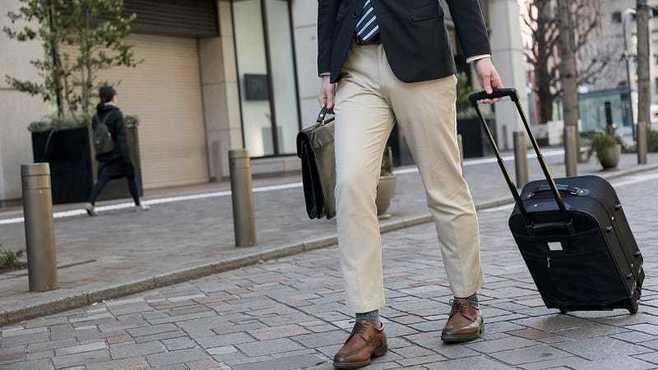 かばんの持ち方が「無礼」な人に欠けた配慮