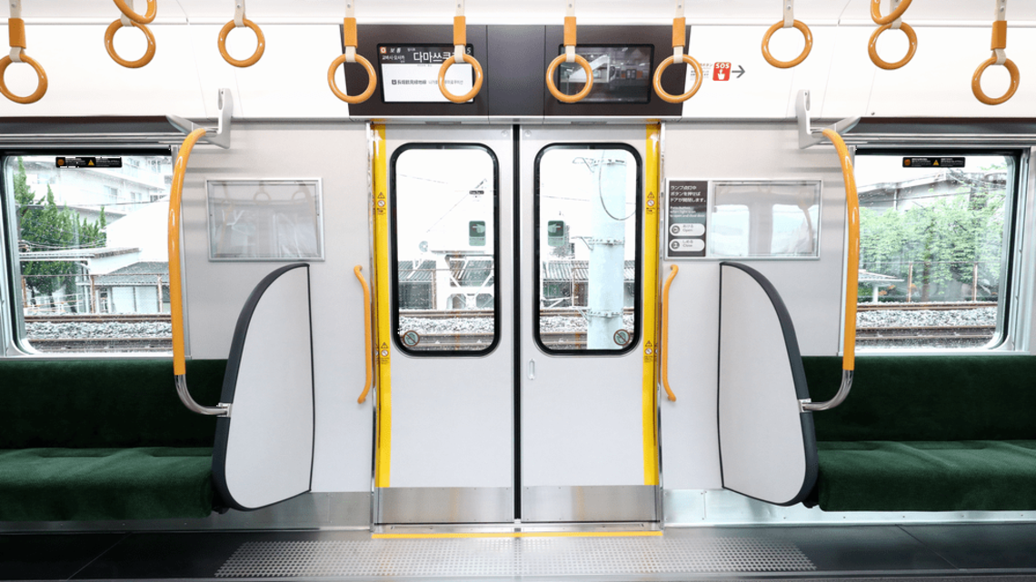 通勤電車の一等地「ドア横」巡る仁義なき戦い
