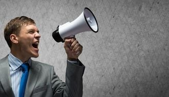 声が低いCEOは、年収が2000万円も多い