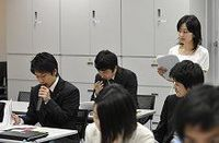 新入社員の初任給を据え置きする企業は96.6%、2010年度調査