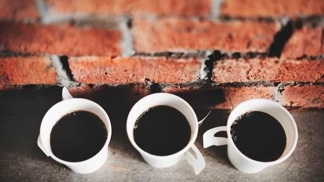 ドーナツ屋が警官にコーヒーを配る深い理由