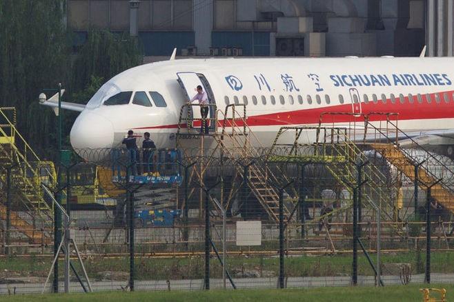 中国航空機事故、副操縦士の「半身」が機外に