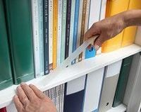 貼るだけカンタンの地震対策、住友スリーエムが本棚用の落下防止テープ
