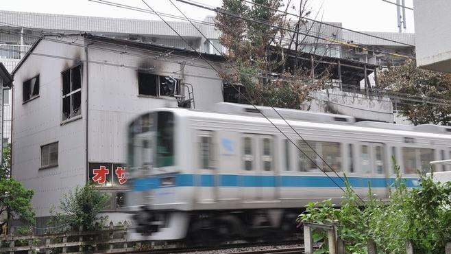 小田急線火災、「踏切非常ボタン」に潜むワナ