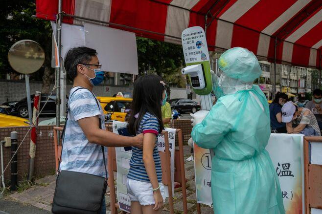 コロナ対策の優等生、台湾の高成長挫く2つの脅威