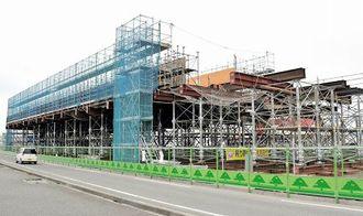 「空中」で製造される北陸新幹線の巨大橋桁