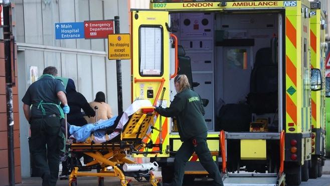 救急車が渋滞「英国のコロナ病棟」壮絶な現場