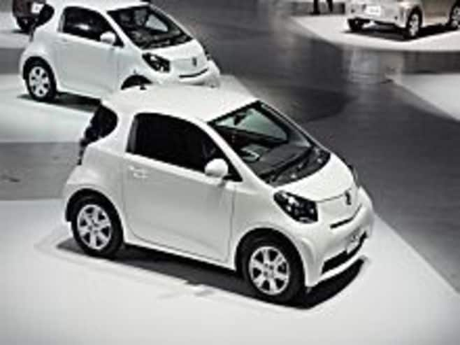 トヨタ自動車は、欧米不振と円高で通期営業益1兆円下方修正、9期ぶり減収減益