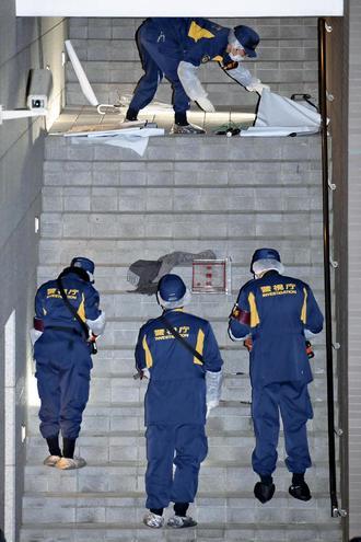 20代女性、首切られ死亡…マンション外階段