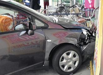 84歳の車、スーパーの壁に突っ込む…3人けが