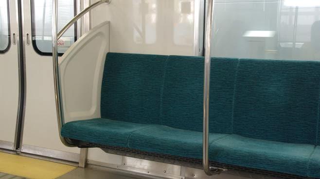 日本人は、なぜ外国人の「隣」に座らないのか
