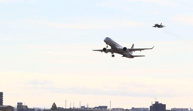 初飛行のMRJ、1年半後の納入に間に合うか