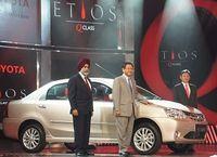 トヨタがインド攻略小型車「エティオス」発表、出遅れ挽回の切り札となるか