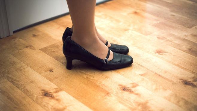 新人女子の靴は「何㎝ヒール」が無難なのか
