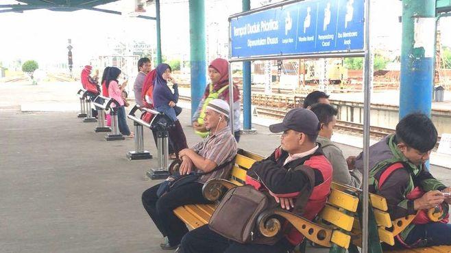 ジャカルタの鉄道は、駅も「日本」を見習った