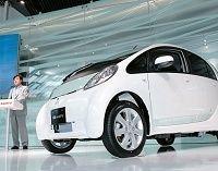 三菱自動車が電気自動車一番乗り、普及の道筋は霧の中