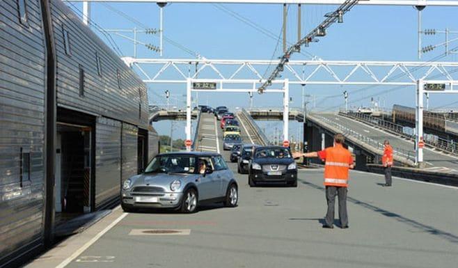 「ユーロトンネル」はバスを積んだ列車が走る