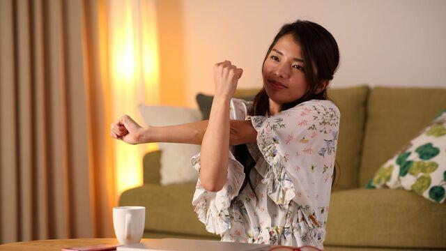 なかなか寝つけない……そんなときは寝る前のストレッチが効果的です(写真:マハロ/PIXTA)