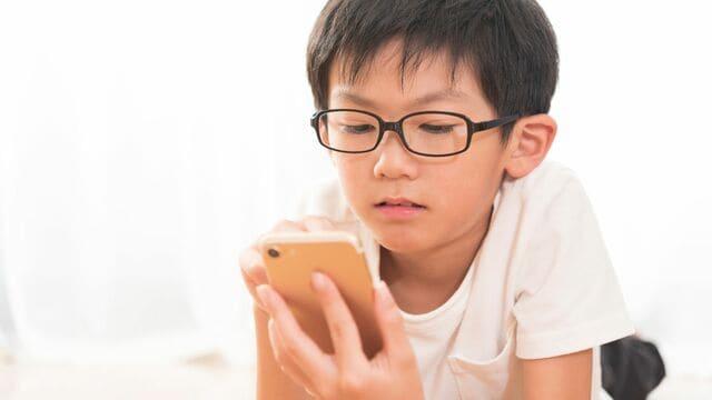 香川県では子どものネット・ゲーム依存問題に対し「ゲーム」を規制する条例を検討。なぜ行政が規制する必要が出てきたのか(写真:Blue flash/PIXTA)