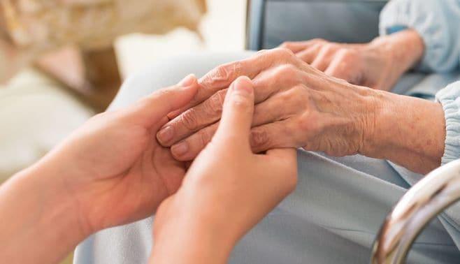 """「介護離職者」を待ち受ける""""年収激減""""の苦悩"""