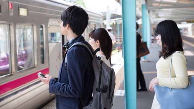 駅や電車内のマナーに関するアンケートで迷惑行為の1位になったのは「荷物の持ち方・置き方」だった(U-taka/PIXTA)