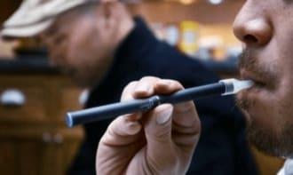 蒸気たばこの「路上喫煙」は可?分かれる判断