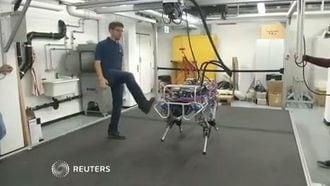 最新「4足ロボット」は蹴られても黙々と働く