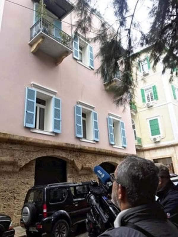 レバノンのゴーン宅前」は迷彩服姿の治安部隊