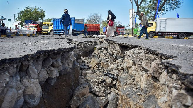 ロンボク地震、被災者救援が進まぬ深刻理由