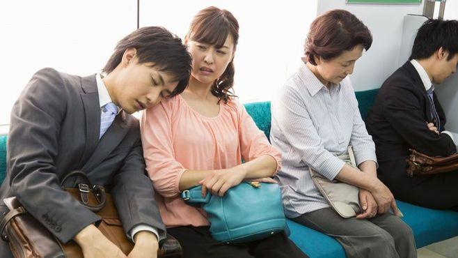 実は周りに迷惑?「残念」な列車内の行動10選