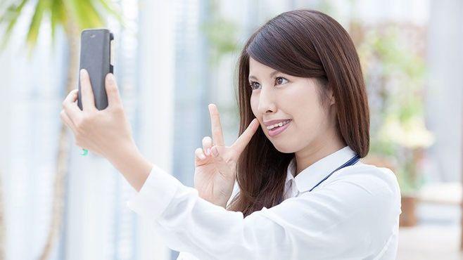 自撮り写真の公開が思わぬ情報流出を招く