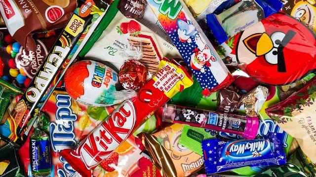 「お菓子中毒」が引き起こされる背景には、私たちの食卓に浸透している「超加工食品」が深く関わっていました(写真:AntonMatveev/iStock)