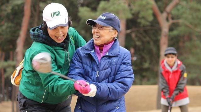 コースでの練習でゴルフを楽しむ女性(写真:ウィズ・エイジングゴルフ協議会)
