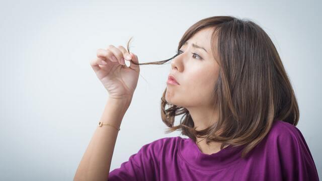 秋は髪の健康にとって重要なシーズンだ(写真:プラナ/PIXTA)