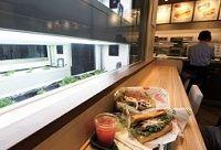"""""""店産店消""""に挑むサブウェイ、サンドイッチ店の中で野菜を栽培"""